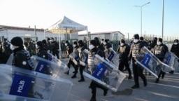 Турецкий полицейский спецназ готовится к разгону студенческих митингов в Анкаре. Январь 2021 года
