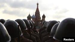 Қызыл алаңдағы әскери парадқа дайындалып жүрген сарбаздар. Мәскеу, 5 қараша 2012 жыл. (Көрнекі сурет)