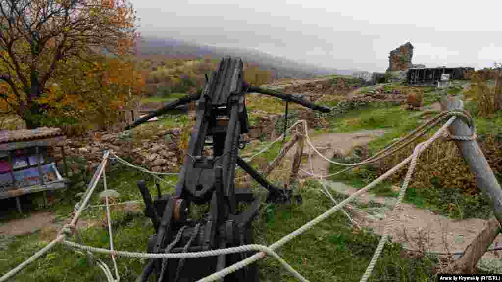 Діюча на території музею під відкритим небом копія середньовічної зброї– балісти