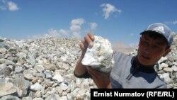 Алтын кенін көрсетіп тұрған жас жігіт. Чон-Алай, Қырғызстан, 11 тамыз 2011 ж.