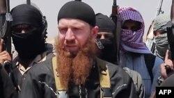 """ИМ командирлерінің бірі, """"Омар әл-Шишани"""" деген лақап атпен танымал Тархан Батирашвили (ортада)."""