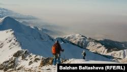 Туристы во время зимнего восхождения на горы близ Алматы.