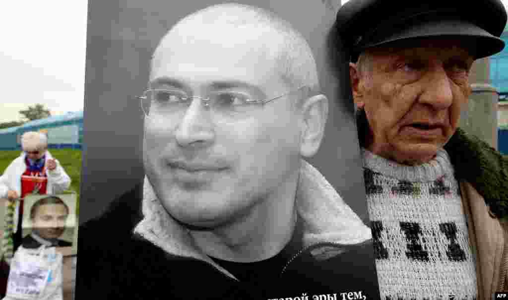Акция в поддержку Михаила Ходорковского у зала суда, май 2011 года