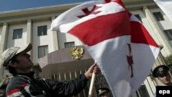 Поводом для опасений грузинской стороны стал один из пунктов нового закона, который упрощает въезд в Россию и получение вида на жительство для иностранцев, которые желают пройти процедуру получения российского гражданства