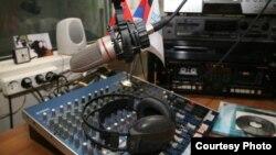 По информации, которую в день отключения директору радиостанции Алану Цховребову сообщили сотрудники Госкомитета, сгорела только передающая телевизионный сигнал релейная линия, которую спешно заменили радийной