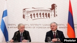 Совместная пресс-конференция глав МИД Армении и Финляндии - Эдварда Налбандяна и Эркки Туомиоя (слева), Ереван, 4 апреля 2012 г.