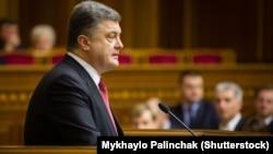 Президент Петр Порошенко выступает перед депутатами Верховной Рады