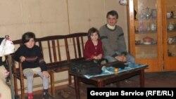 В отличие от остальных 28 семей беженцев, семья Кварацхелия занимает самую большую и светлую комнату