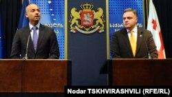 ՆԱՏՕ-ի գլխավոր քարտուղարի հատուկ ներկայացուցիչ Ջեյմս Ափաթյուրայը (Ձ) եւ Վրաստանի փոխվարչապետ Գեորգի Բարամիձեն ասուլիս են տալիս Թբիլիսիում, արխիվային լուսանկար