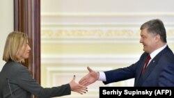 Президент Украины Петр Порошенко (справа) и верховный представитель Евросоюза по иностранным делам и политике безопасности Федерика Могерини. Киев, 12 марта 2018 года