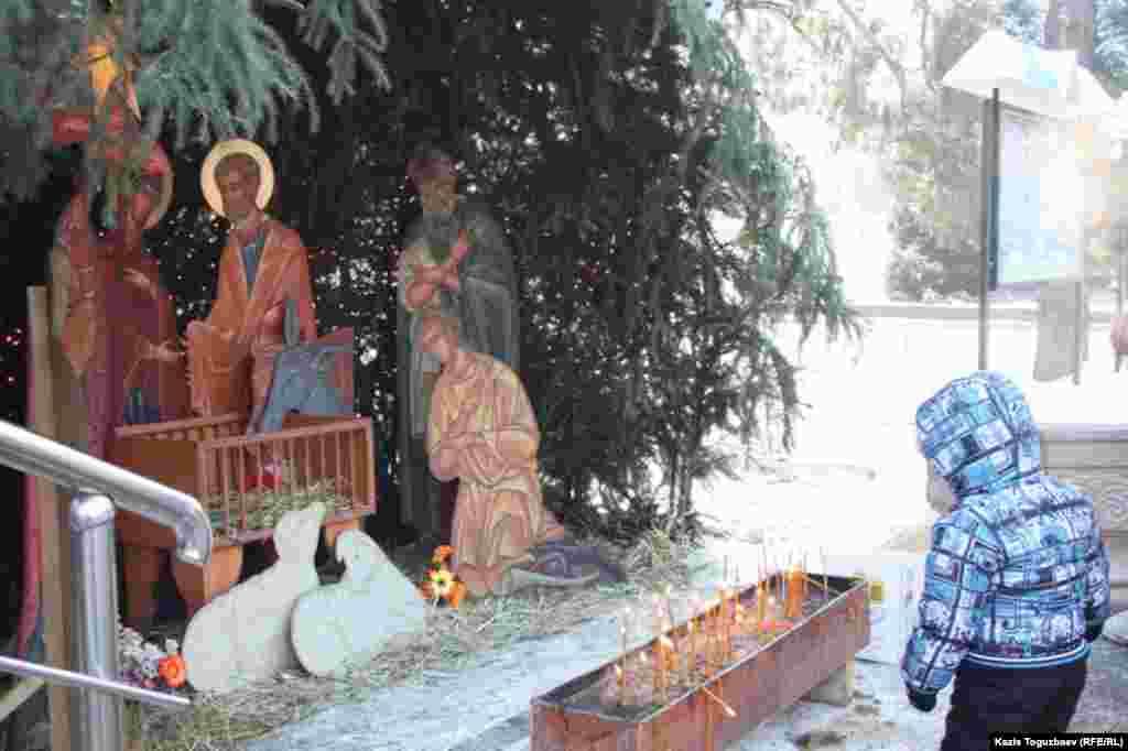 Композиция, изображающая вертеп, в котором, согласно христианскому вероучению, 2014 лет назад родился Иисус. Алматы, 7 января 2014 года.