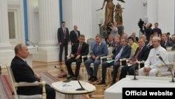 Оьрсийчоьнан президентан барамехь ву Нохчийчоьнан омбудсмен Нухажиев Нурди (кIайн духарахь) - архивера сурт
