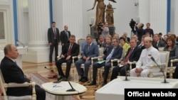 Омбудсмен Чечни Нурди Нухажиев (в белом) на мероприятии с участием президента РФ Владимира Путина (фото на сайте омбудсмена Чечни)