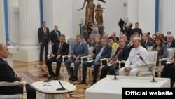 Омбудсмен Чечни Нурди Нухажиев (в белом) на мероприятии с участием президента РФ Владимира Путина (архивное фото)