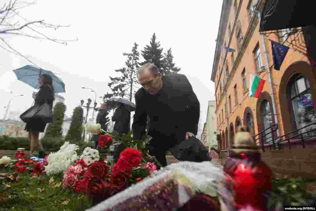Минскідегі Франция елшілігі алдына гүл қойып жатқан адамдар. Беларус, 14 қараша 2015 жыл.