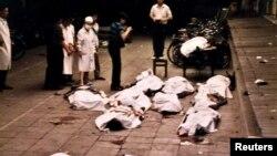 Trupurile neînsuflețite ale protestatarilor au umplut Piața Tiananmen pe 4 iunie.