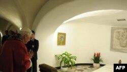 Papa Benedict XVI rugîndu-se la mormîntul lui Ioan Paul al II-lea