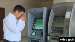 Житель Туркменистана, сняв деньги в банкомате, прикладывает наличность ко лбу, выражая благодарность руководству страны за удобство и заботу. Кадры были показана государственным телевидением Туркменистана в июне 2017 года. (иллюстративное фото)