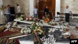 مسيحيون يتفحصون آثار دمار خلفه إنفجار إستهدف كنيسة سيدة النجاة ببغداد