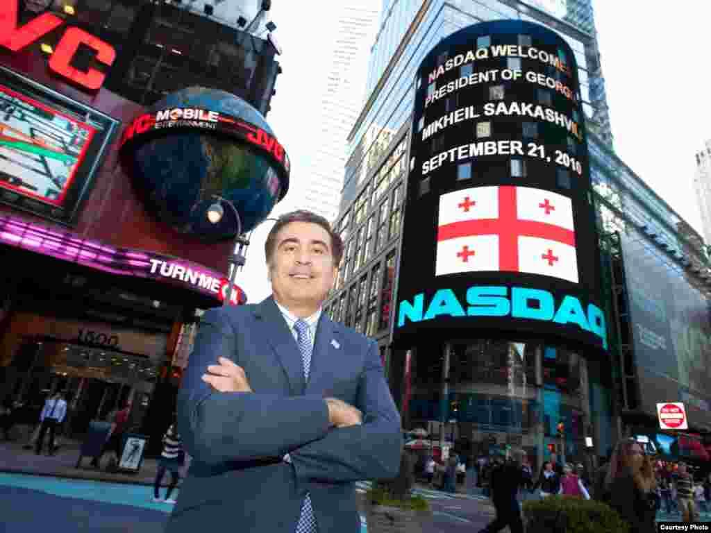 საქართველოს პრეზიდენტი NASDAQ-ის კოშკის ფონზე - 21 სექტემბერს, ადგილობრივი დროით 16 საათზე, საქართველოს პრეზიდენტმა მიხეილ სააკაშვილმა ბოლო ზარის დარეკვით დაასრულა ვაჭრობა მსოფლიოს ერთ-ერთ უდიდეს საფონდო ბირჟაზე - NASDAQ-ზე. ნიუ იორკის ტაიმს სკვერზე გამართულ ამ ღონისძიებაზე მისასალმებელი სიტყვა წარმოთქვა NASDAQ-OMX-ჯგუფის აღმასრულებელმა ვიცე-პრეზიდენტმა ედვარდ ნაიტმა.
