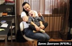 Андрійко радий кататися з Вікою на стільці