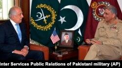 U.S. peace envoy Zalmay Khalilzad (left) talks with Pakistani Army Chief General Qamar Javed Bajwa in 2018.
