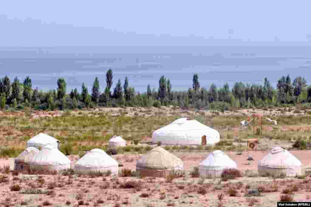 Туристический кемпинг у озера Иссык-Куль.