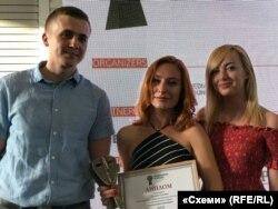 Зліва направо: журналісти «Схем» Михайло Ткач, Валерія Єгошина та редактор проекту Наталка Седлецька