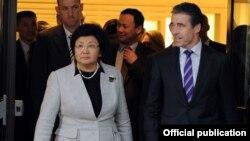 Президент Роза Отунбаева НАТО баш катчысы Андерс Фог Расмуссен менен жолугушууда. Брюссел, 2011-жылдын 28-февралы.