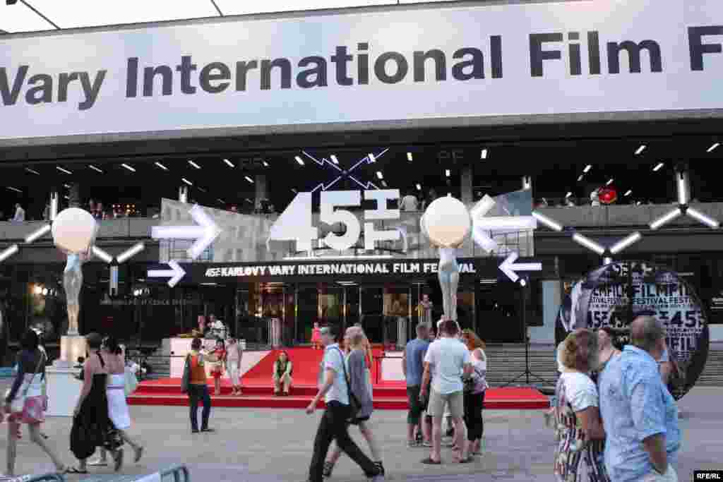 ورودی یکی از سالنهای نمایش فیلمهای جشنواره کارلوویواری