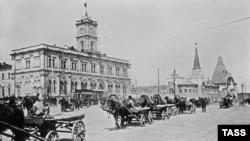 Самой почтенной транспортной развязке столицы прибавят рельсов. Перед Николаевским вокзалом в конце XIX века.