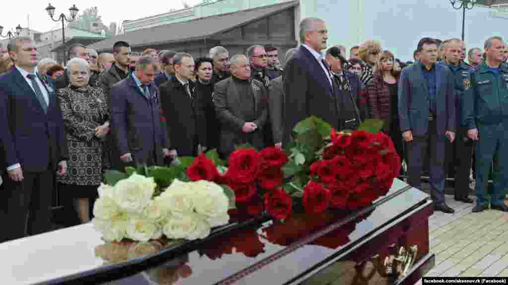 Подконтрольный России глава Крыма Сергей Аксенов на церемонии прощания с жертвами трагедии