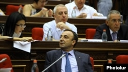 Armenia - Hrayr Tovmasian, a member of a presidential commission on constitutional reform, attends parliamentary hearings, Yerevan, 4Sep2015.