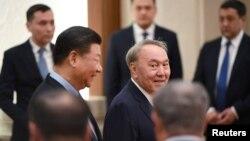 Қазақстан президенті Нұрсұлтан Назарбаев (ортада) пен Қытай басшысы Си Цзиньпин Пекиндегі қабылдау кезінде. 7 маусым 2018 жыл