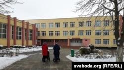У двары сярэдняй школы № 3