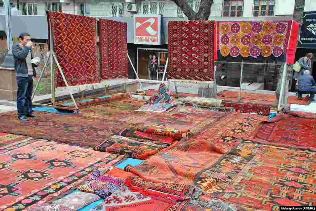 Это ковры ручного производства 1960-х годов, которые привезли из Кызылординской области. Продающий их мужчина сказал, что из такого материала сейчас ковры не делают.