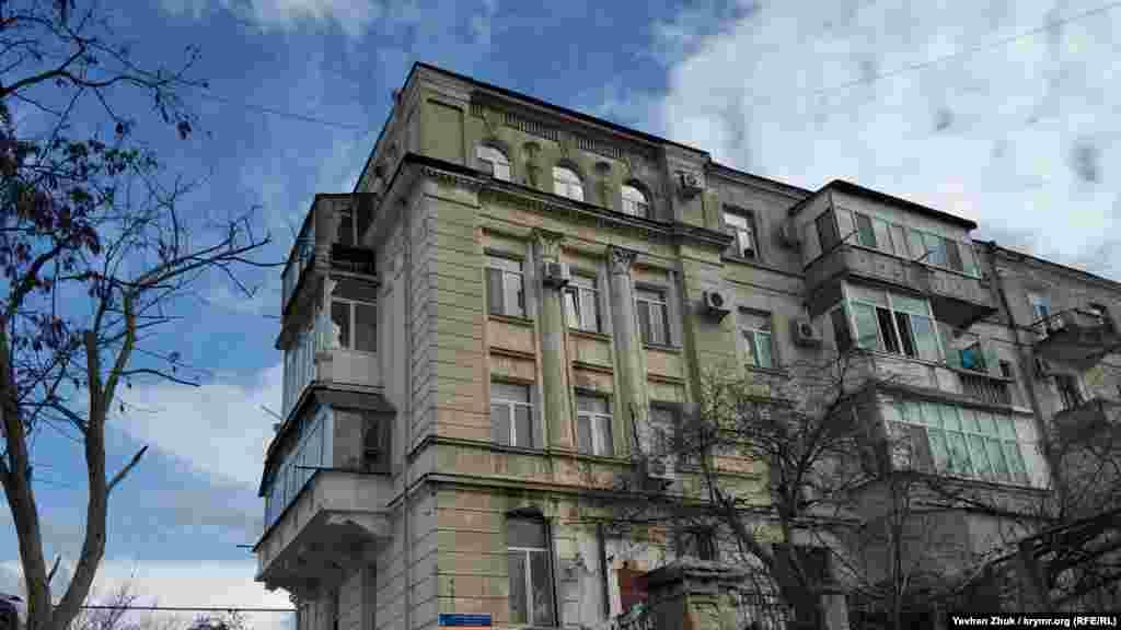 Фасад будинку прикрашений масивними напівколонами з капітелями. Чотириповерховий цегляний будинок на вулиці Карла Лібкнехта, 79 побудований у 1938 році. Ця вулиця наприкінці XIX століття називалася Новою, на початку XX століття Миколаївською, а з 3 січня 1921 року названа на честь Карла Лібкнехта – діяча Компартії Німеччини