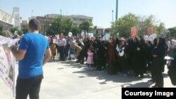 تجمع گروهی از مالباختگان کاسپین، چهارشنبه دهم خرداد، در مقابل مجلس شورای اسلامی