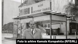 Autor pred savezničkom kontrolnom tačkom Charlie u Berlinu nedugo nakon pada zida.
