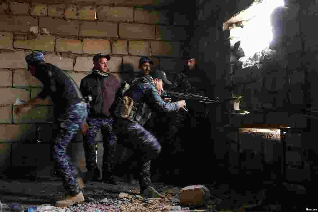 Абразок зь бітвы за Мосул: прыцэльваецца снайпэр ірацкіх праўладавых сілаў, 27 сакавіка