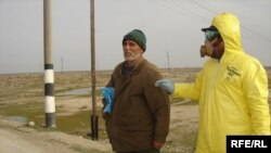 Sanitar «quş qripi»nin aşkarlandığı Sitalçayda yerli sakinlə söhbət edir, 28 fevral 2006
