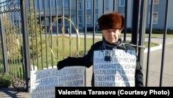 77-летний житель Восточно-Казахстанской области Владимир Тарасов проводит акцию протеста, приковав себя цепью к воротам областного суда. Усть-Каменогорск, 24 октября 2018 года.