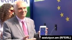 ԵՄ դեսպան Պյոտր Սվիտալսկին մասնակցում է արևային էներգիայով աշխատող ավտոբուսային կանգառի բացմանը, Երևան, 7-ը հուլիսի, 2017 թ․