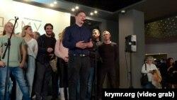 Наріман Алієв (у центрі) на презентації фільму «Додому» в Києві, листопад 2019 року