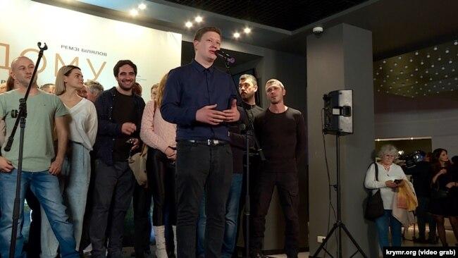 Нариман Алиев (в центре) на презентации фильма «Домой» в Киеве, ноябрь 2019 года
