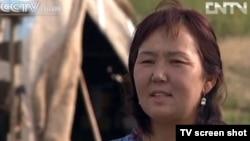 """Қалия есімді келіншек Шыңжаңдағы """"қоныстандыру"""" бағдарламасы бойынша қалаға көшіп келген. Қытай, қыркүйек айы 2012 жыл. (Скриншот CCTV - телеарнасынан алынған)."""