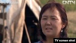 Қалия есімді әйел Шыңжандағы қоныстандыру бағдарламасы бойынша ауылға көшіп келген. Қытай, қыркүйек айы 2012 жыл. (Скриншот CCTV телеарнасынан алынған).