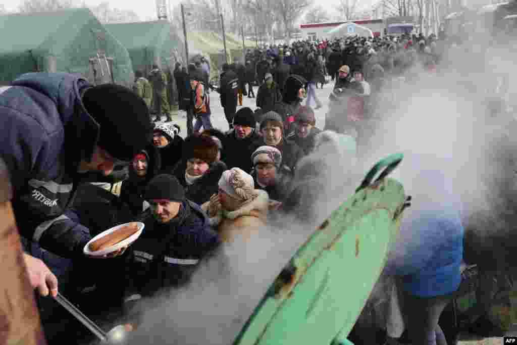 Жители Авдеевки в очереди за обедом.
