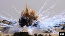 Ілюстраційне фото: на півдні Смуги Гази знищують вибухами старі фосфорні боєприпаси, фото 22 березня 2010 року
