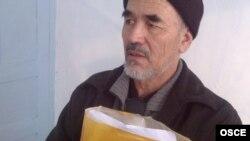 Гражданский активист и журналист Азимжан Аскаров на свидании в тюрьме с представителями делегации БДИПЧ/ОБСЕ. Бишкек, 15 декабря 2011 года.